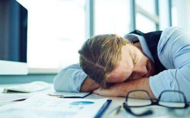 腰痛や肩こりを引き起こす睡眠不足