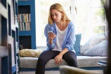 脚を開いて座る習慣が腰痛を招きやすくする